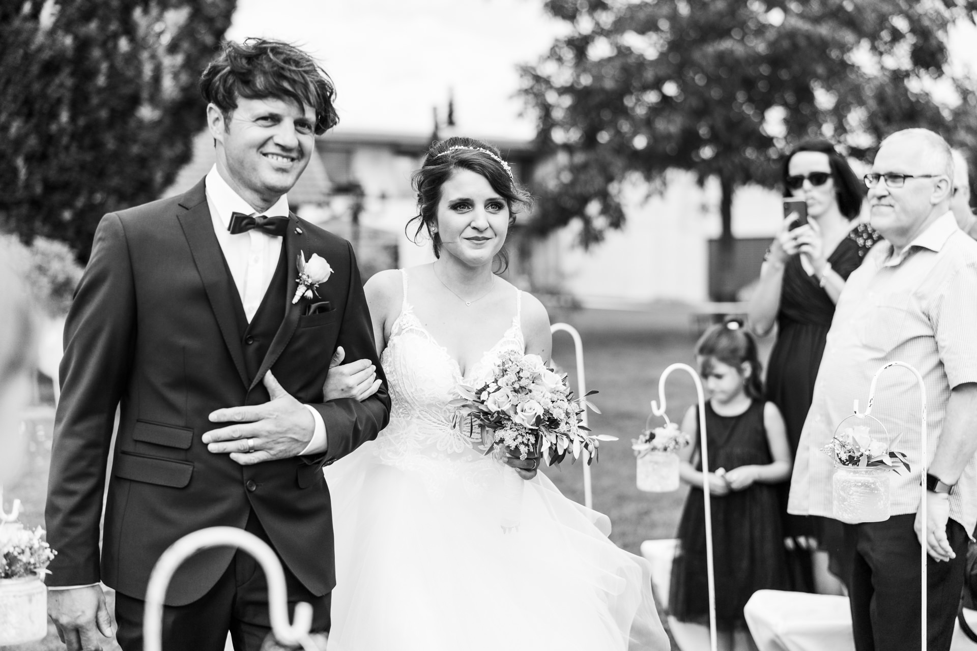 Braut wird vom Vater geführt freie Trauung Weingut Franken