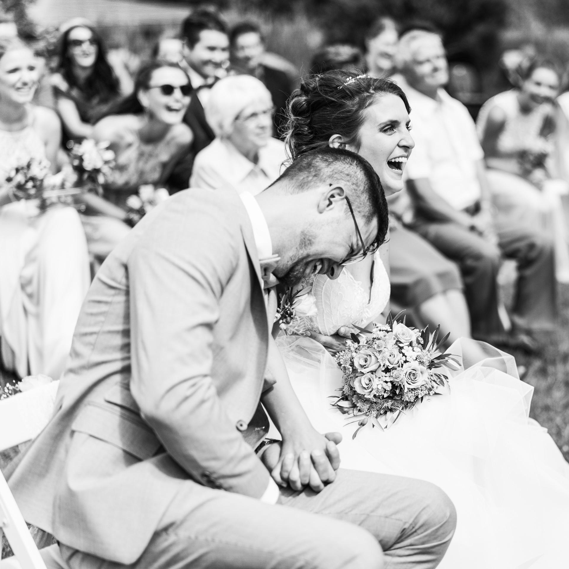 Lachendes Brautpaar bei seiner emotionalen freien Trauung im Weingut Höflich