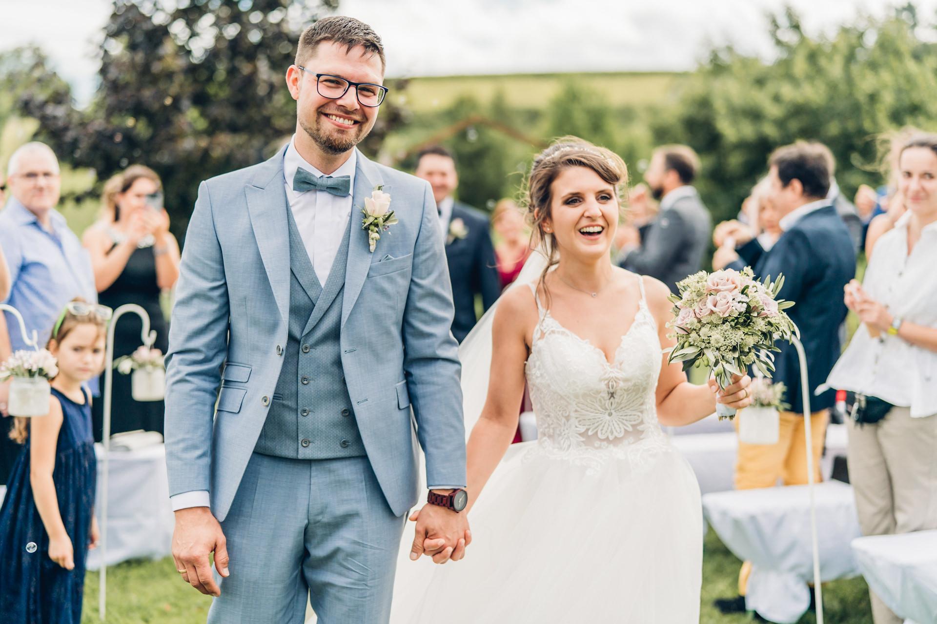 Glückliches Brautpaar bei ihrer freien Trauung auf dem Weingut Höflich