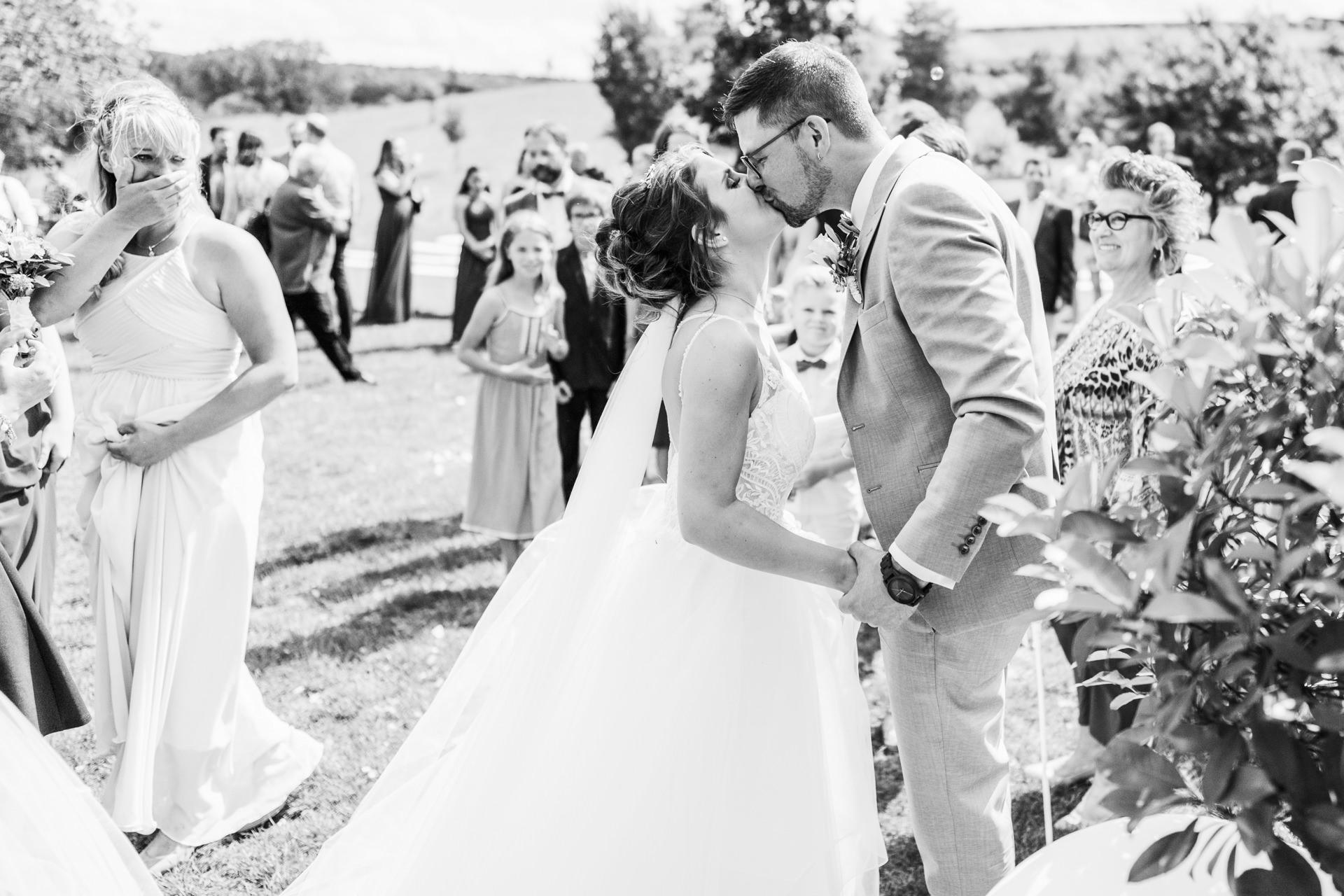 Brautpaar küsst sich bei seiner Hochzeit auf dem Weingut Höflich