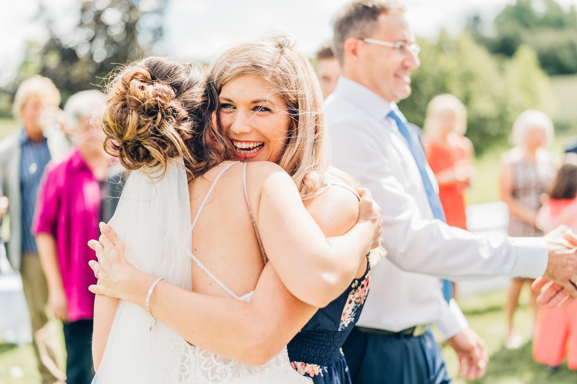herzliche Umarmung bei der Hochzeit in Grossostheim