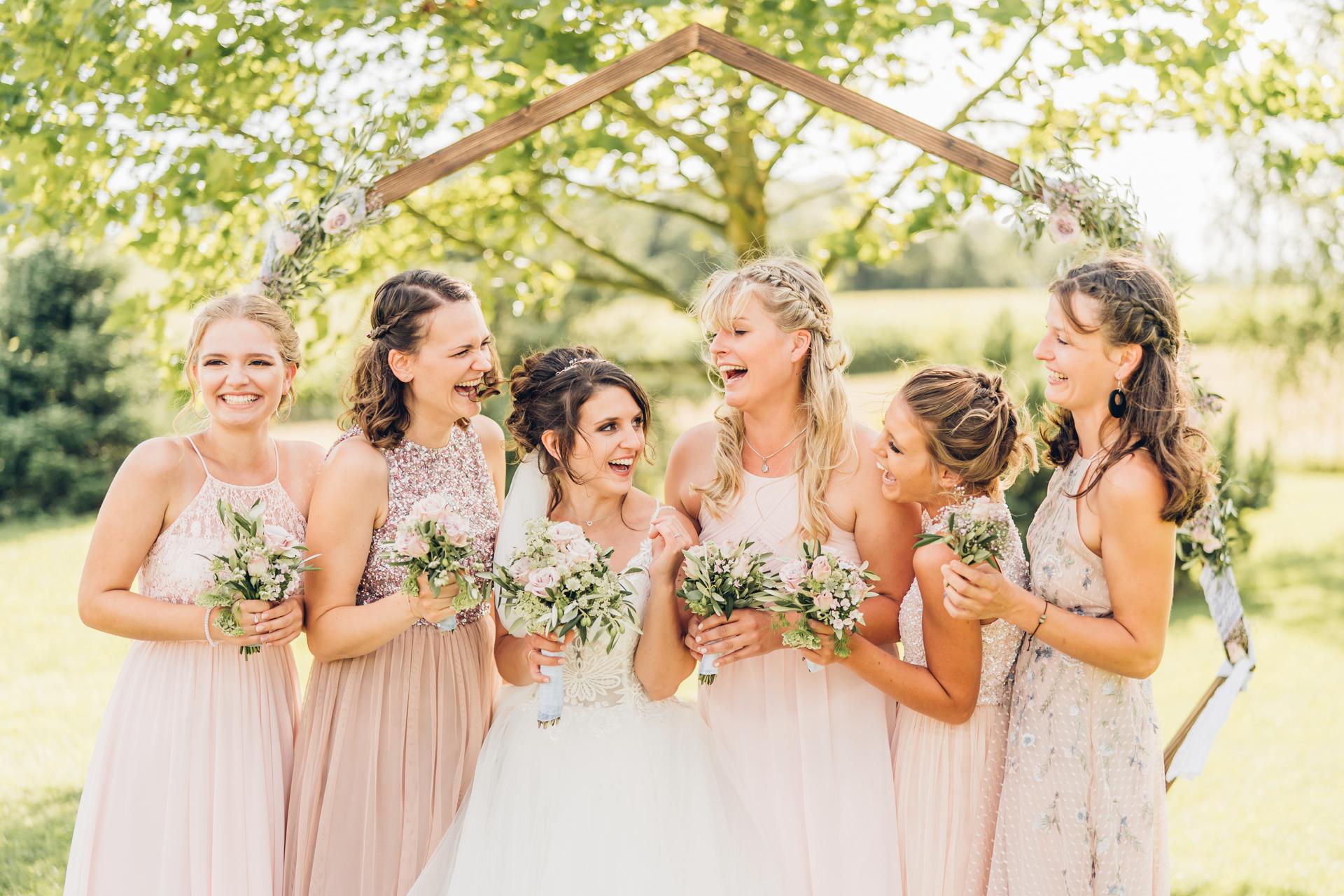 Braut mit Brautjungfern zarten rosafarbenen Kleider