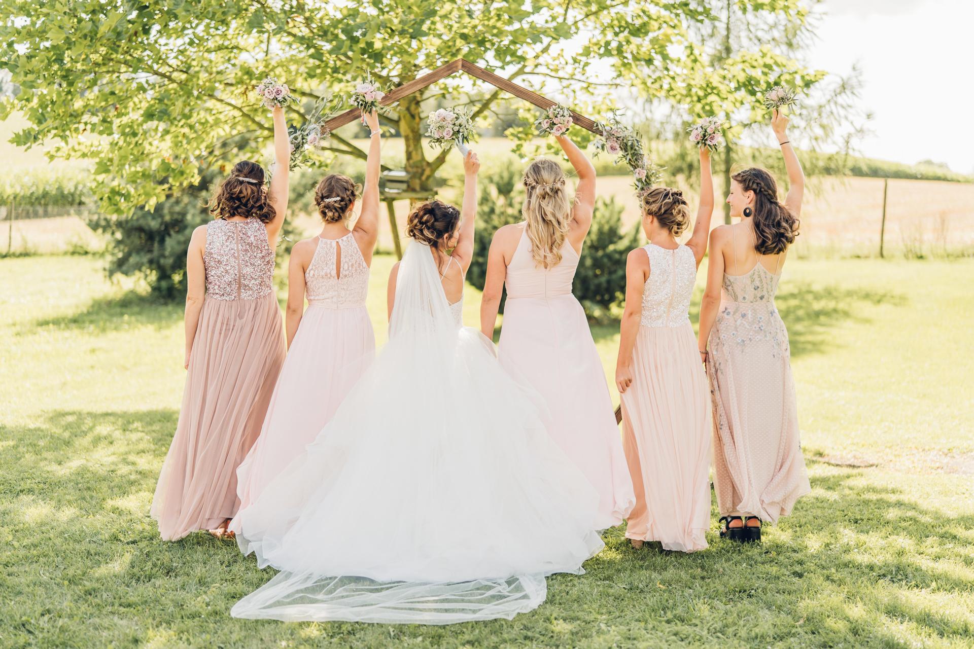 Braut mit Brautjungfern rosa Kleider