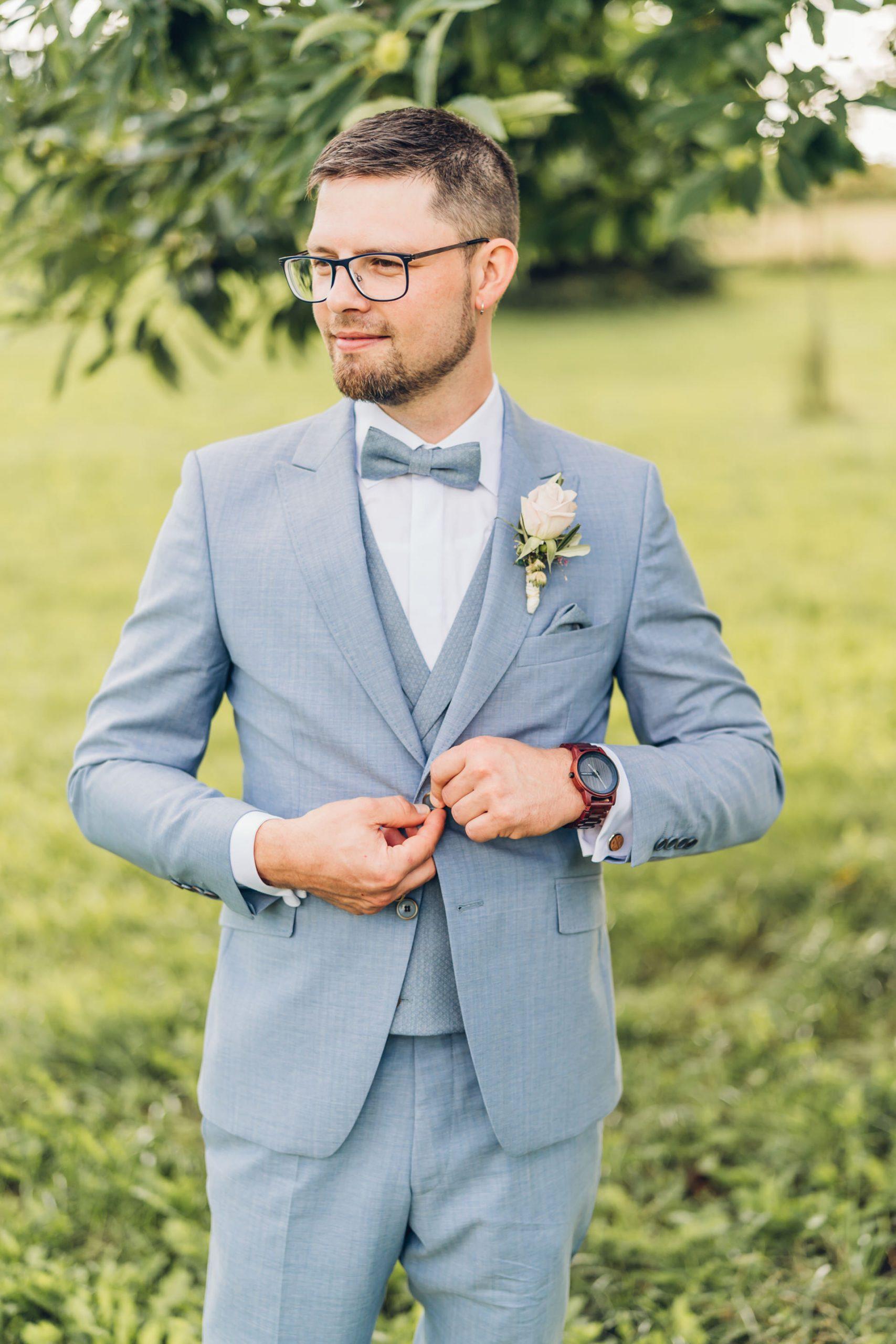 Bräutigam im hellblauen Anzug