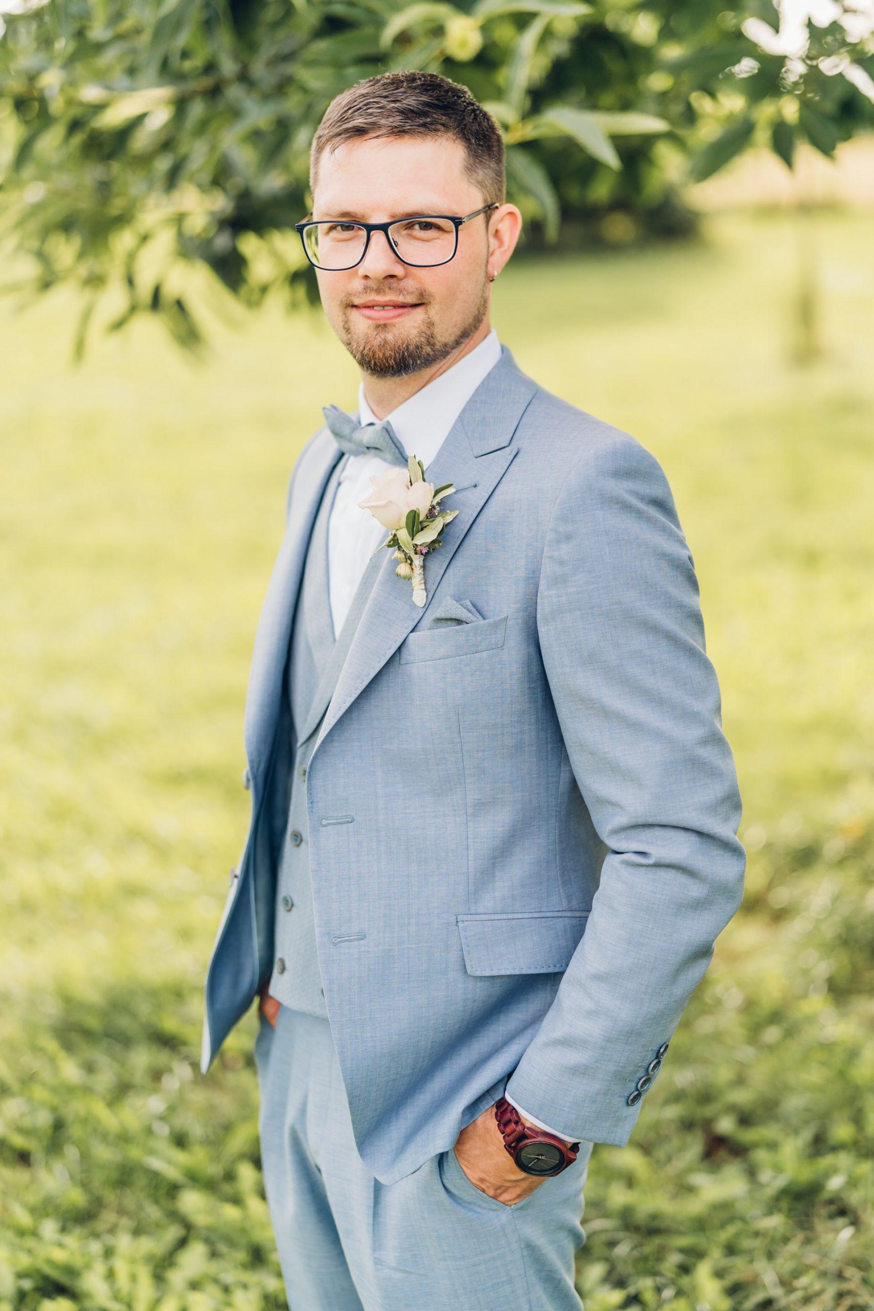 Bräutigam im hellblauen Hochzeitsanzug bei seiner Hochzeit im Weingut Höflich