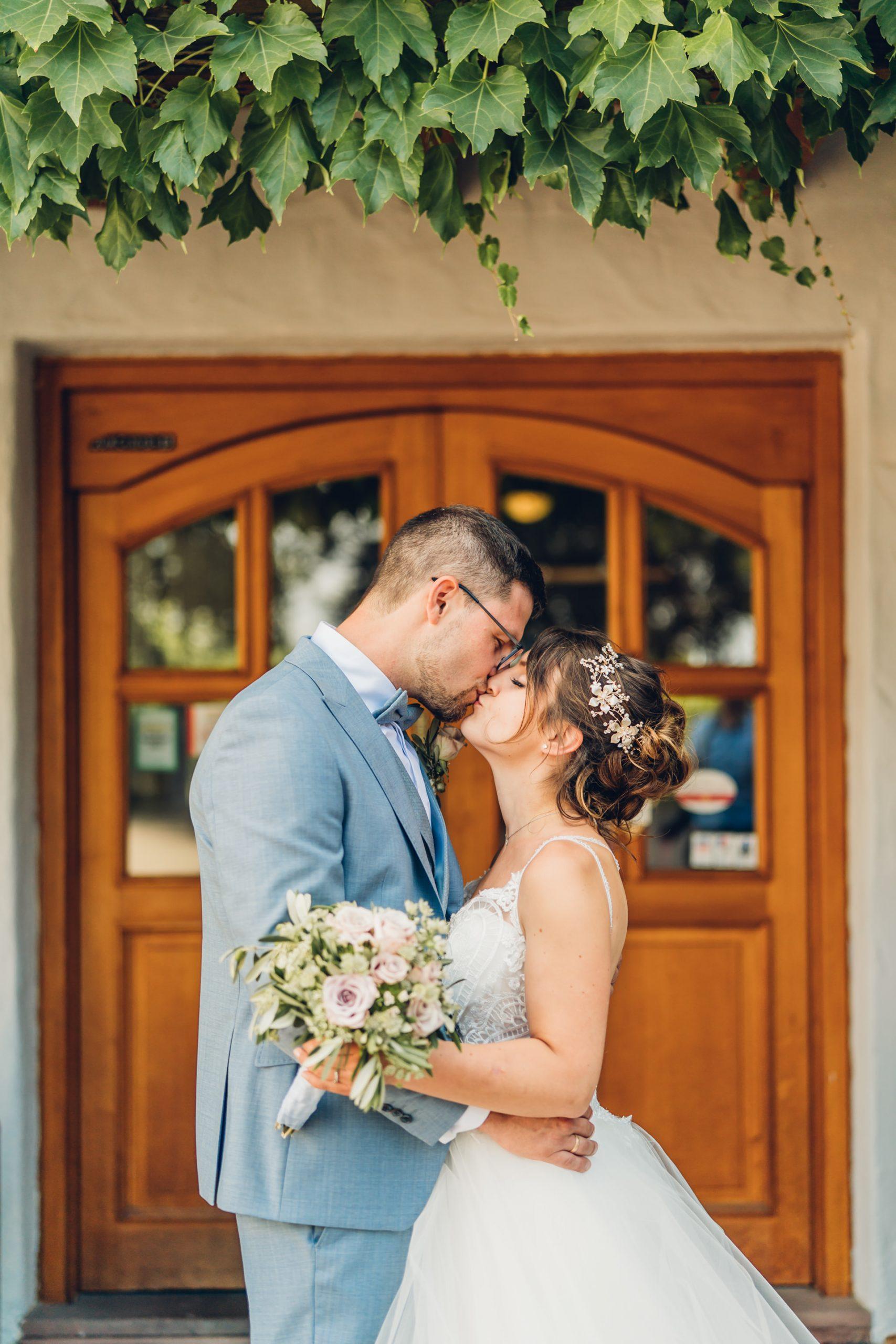 Brautpaar küsst sich an ihrer Hochzeit am Weingut Höflich