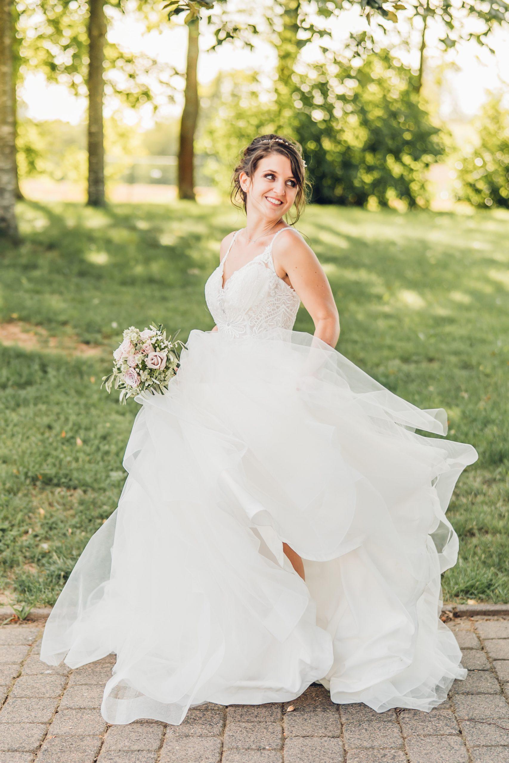 Glückliche Braut bei ihrer Hochzeit im Weingut Höflich