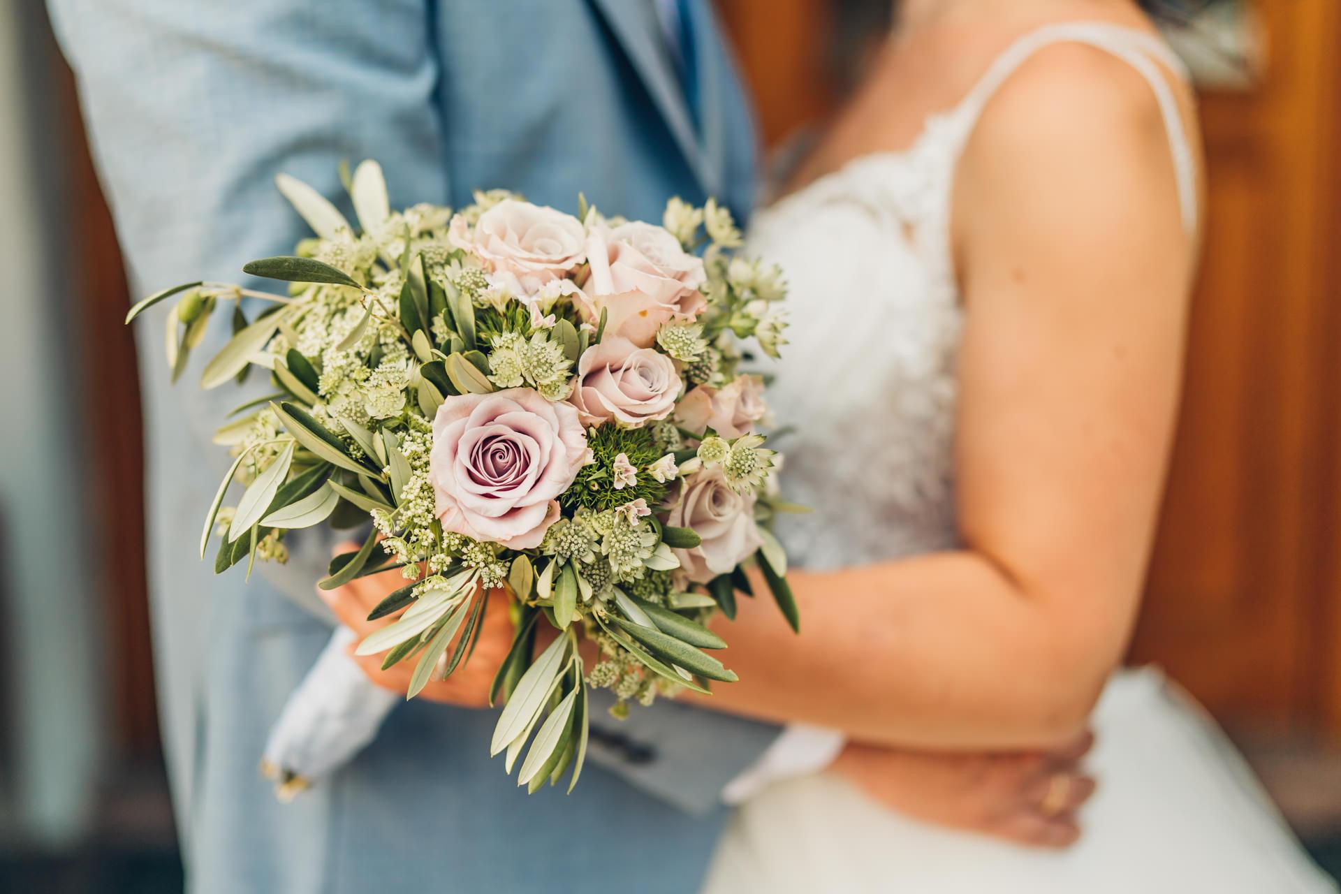 Hochzeitsstrauß lila Rosen und Olivenblätter