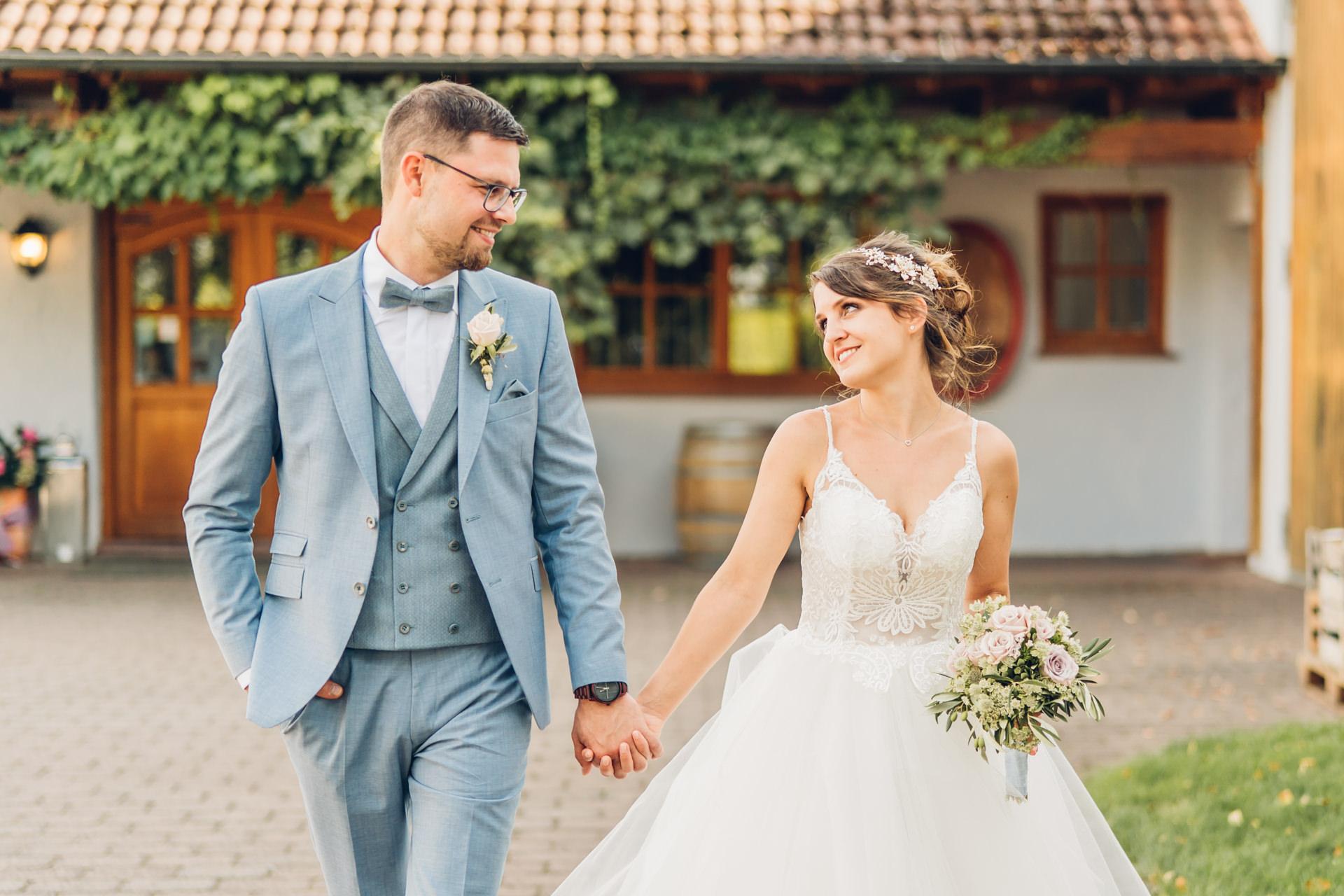 Glückliches Brautpaar bei ihrer Hochzeit auf dem Weingut Höflich