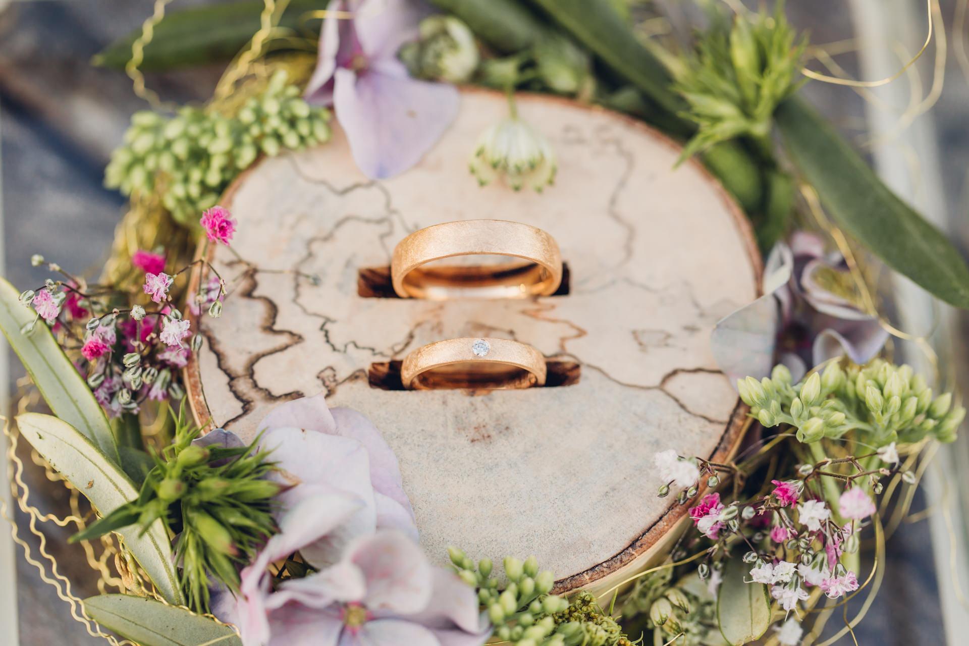 Hochzeitsringe in einer DIY Hochzeitsringbox aus Holz