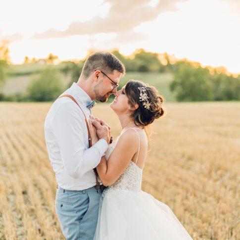Verliebtes Brautpaar feiert ihre Hochzeit im Sonnenunterang beim Weingut Höflich