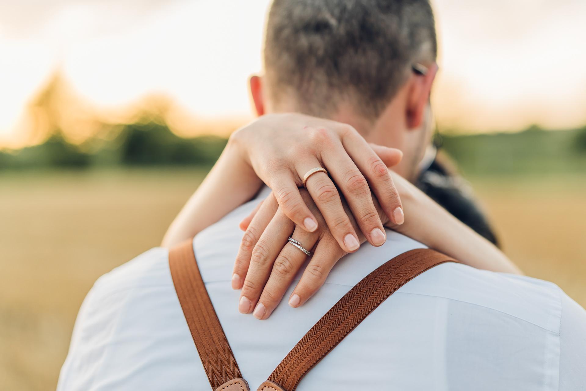 Detail Hochzeitsfoto Hände und Ringe