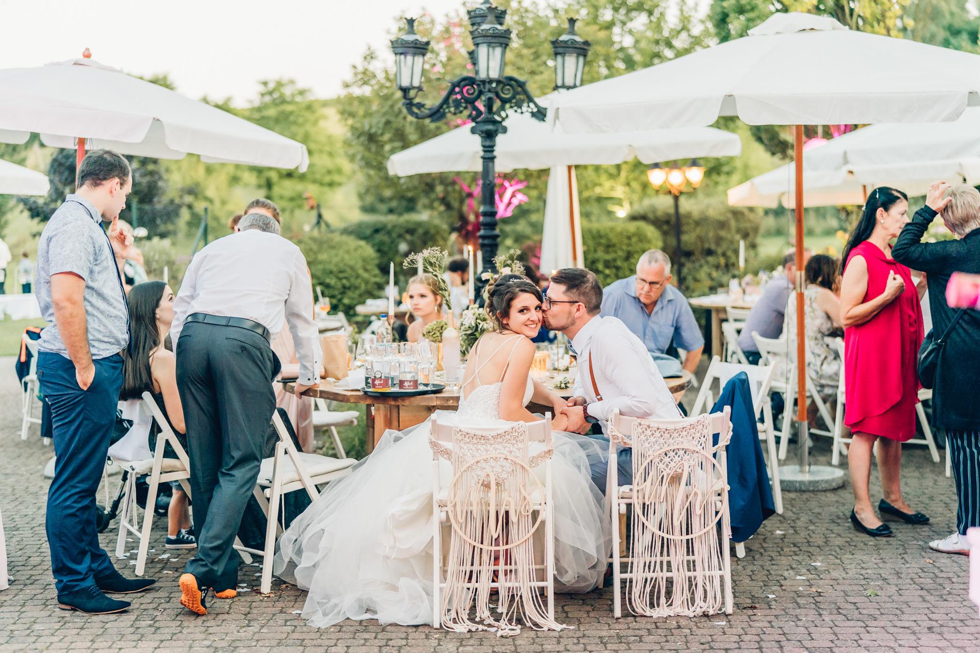 Hochzeitspaar küsst sich bei ihrer Hochzeitsfeier auf dem Weingut Höflich in Grossostheim