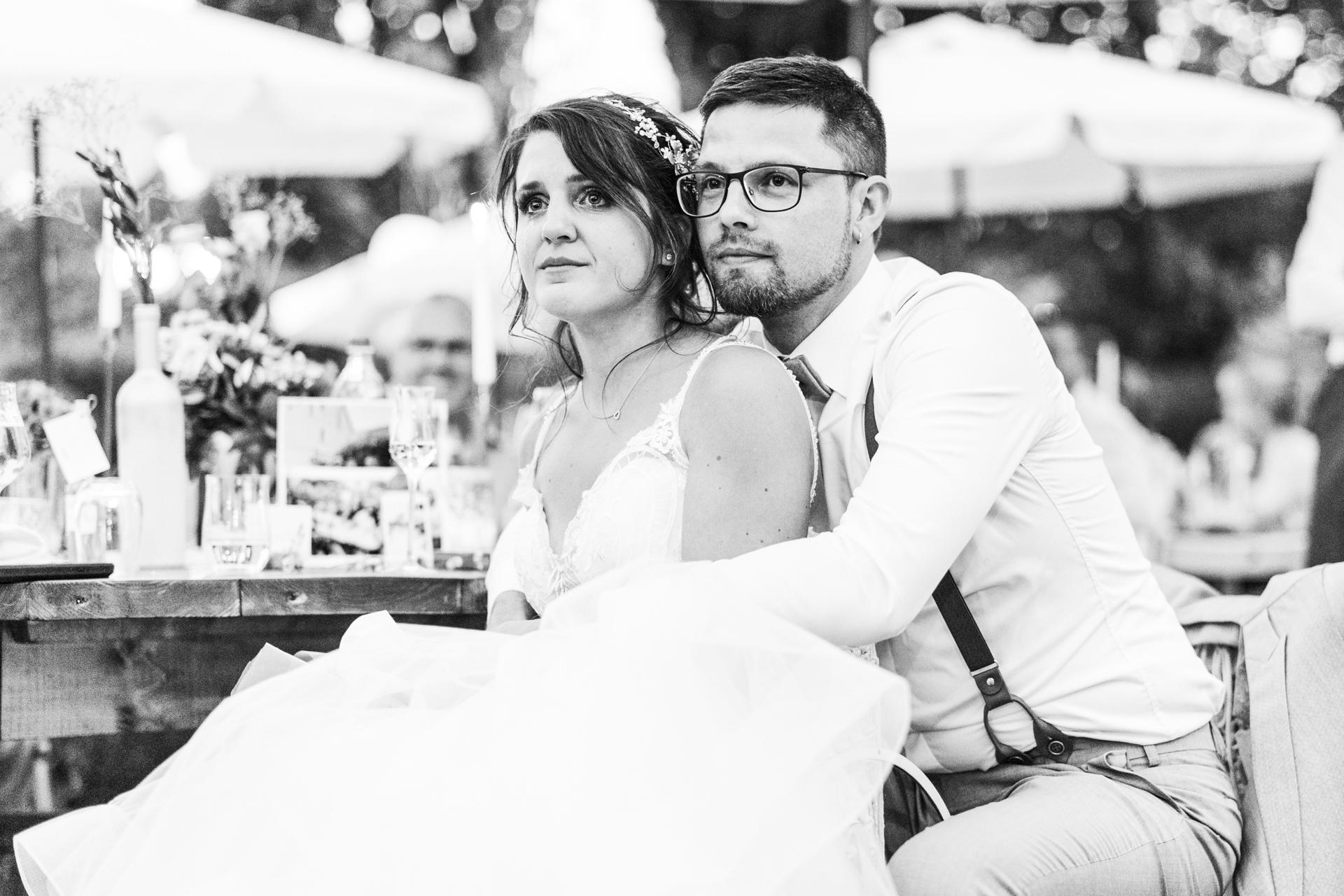 Vor Rührung weinende Braut bei Hochzeitsfeier