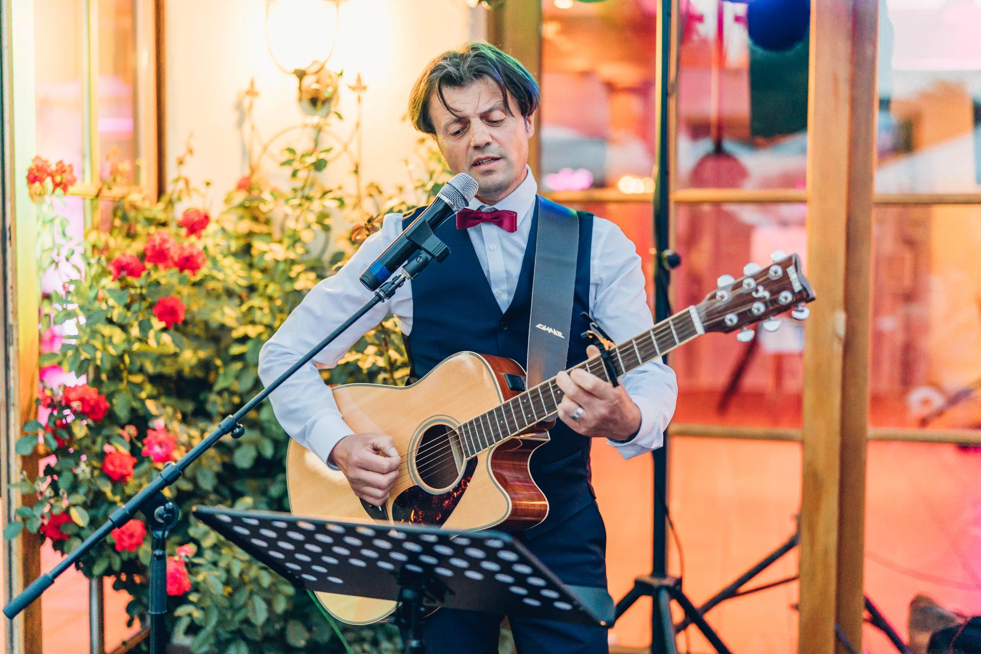 Brautvater singt ein selbst geschriebenes Hochzeitslied und spielt Gitarre