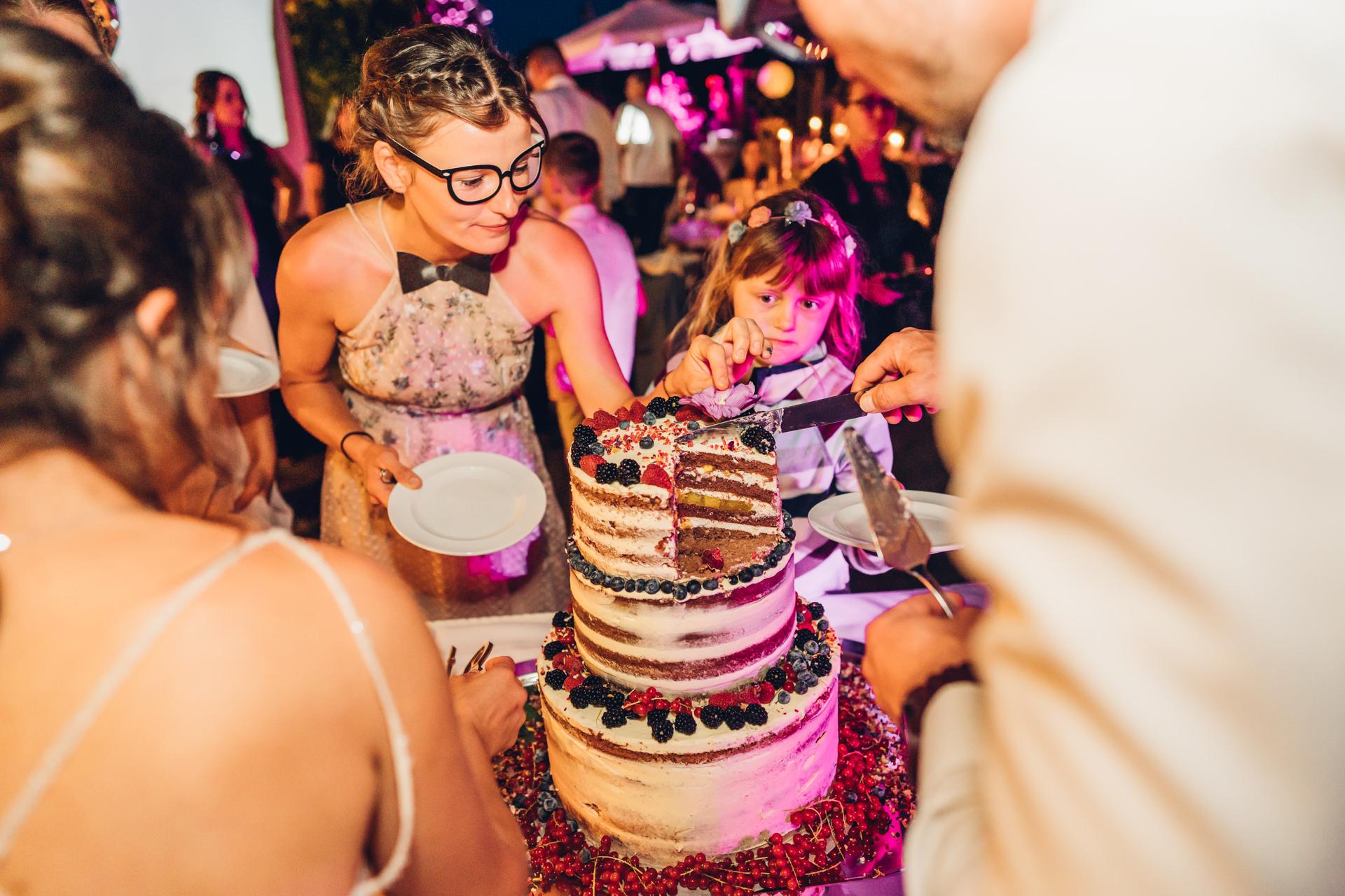 Torte essen auf Hochzeitsfeier im Weingut Höflich